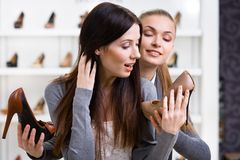 Auf den Fersen gefolgte Schuhe des Verkäufers Angebote für den Kunden Stockbild
