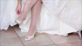 Auf den Fersen gefolgte Schuhe mit weißem Stilett stock footage