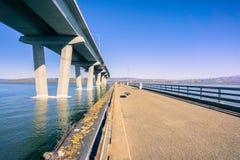 Auf den Fischereipier gehen aufgestellt nahe bei Dumbarton-Brücke, Verbindungsfremont nach Menlo Park, San Francisco Bay Bereich, stockfotos