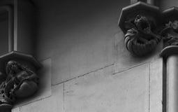 Auf den Hauptstädten, die Drachen und die Meerjungfrau heulen Stockbild