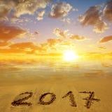 2017 auf den sandigen Strand bei Sonnenuntergang geschrieben Lizenzfreie Stockfotos