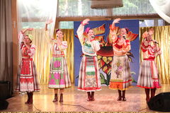 Auf den schönen Mädchen des Stadiums in den nationalen russischen Kostümen, Kleid-sundresses mit vibrierender Stickerei - Volkmus Stockfoto