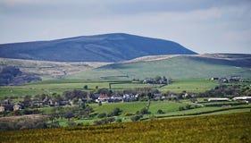 Auf den Stadtränden von Burnley steht Pendle-Hügel in Lancashire Lizenzfreie Stockfotos