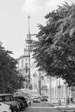 Auf den Straßen der Stadt Das Gebäude mit einem Helm Stockfoto
