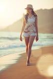 Auf den Strand barfuß gehen Lizenzfreie Stockfotos
