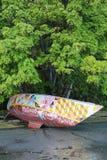 Auf den Strand gesetzte aufgegebene Yacht Stockfotos