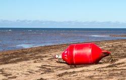 Auf den Strand gesetzte Boje Stockbild