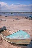 Auf den Strand gesetzte Boote bei Ebbe stockfotos