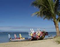 Auf den Strand gesetzte chinesische Dracheboote lizenzfreie stockfotos