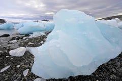 Auf den Strand gesetzter Eisberg Lizenzfreie Stockbilder