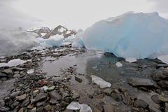 Auf den Strand gesetzter Eisberg Stockbild