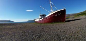 Auf den Strand gesetzter Schleppnetzfischer BA64 Stockfoto
