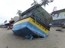 Auf den Strand gesetztes Boot Stockbild
