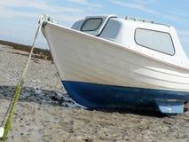 Auf den Strand gesetztes Boot Lizenzfreie Stockfotos