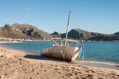 Auf den Strand gesetztes Boot Lizenzfreies Stockfoto