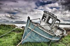 Auf den Strand gesetztes Boot bei Roundstone Lizenzfreie Stockfotos