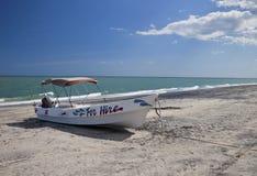 Auf den Strand gesetztes Charter-Boot Stockfoto