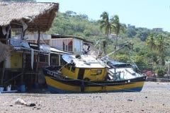 Auf den Strand gesetztes Fischerboot Stockfotos