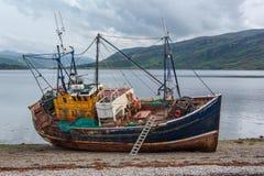 Auf den Strand gesetztes Fischerboot Stockfotografie