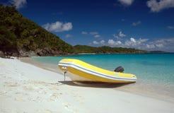 Auf den Strand gesetztes Schlauchboot in den Karibischen Meeren Lizenzfreies Stockfoto