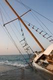 Auf den Strand gesetztes Segelboot-Schiffswrack Lizenzfreies Stockbild