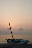 Auf den Strand gesetztes Segelboot-Schiffswrack II Stockbild
