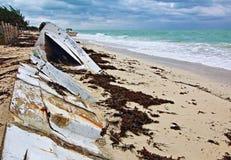 Auf den Strand gesetztes verlassenes Boots-Skiff auf Isla Blanca-Halbinsel auf Cancun-Bucht Mexiko lizenzfreies stockfoto