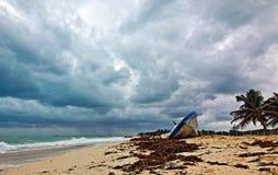 Auf den Strand gesetztes verlassenes Boots-Skiff auf Isla Blanca-Halbinsel auf Cancun-Bucht Mexiko lizenzfreie stockbilder
