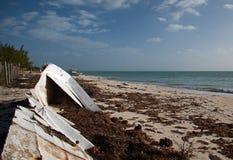 Auf den Strand gesetztes verlassenes Boots-Skiff auf Isla Blanca-Halbinsel auf Cancun-Bucht Mexiko stockbild