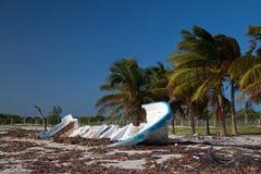Auf den Strand gesetztes verlassenes Boots-Skiff auf Isla Blanca-Halbinsel auf Cancun-Bucht Mexiko lizenzfreie stockfotos