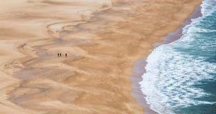 Auf den Strand in Portugal gehen die Stadt von Nazare Stockbild