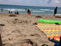 Auf den Strand setzen es Stockfotografie