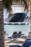 Auf den Strand setzen mit einem Kreuzschiff lizenzfreie stockfotografie
