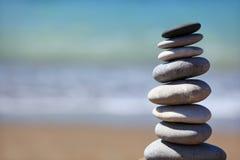 Auf den Strand setzen Sie Kieselstapel Lizenzfreie Stockbilder
