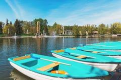 Auf der Bank des Flussliegeplatzes Boote am Pier sonniges Wetter Lizenzfreie Stockbilder