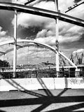 Auf der Brücke Künstlerischer Blick in Schwarzweiss Stockbild