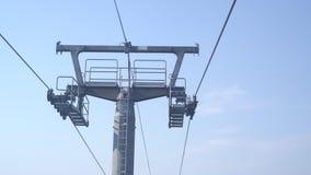 Auf der Drahtseilbahn oben sich verschieben, funikulär Nahe hohe Ansicht des Skiaufzugmechanismus auf die Stützsäule lokalisiert  stock video