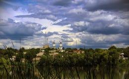 Auf der Flussbank auf den Hügel, sind zwei weiße Türme Stockfotografie