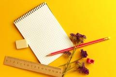 Auf der gelben Oberfläche der Tabelle ist Briefpapier stockfoto
