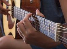 Auf der Gitarre spielen, closup Lizenzfreies Stockbild