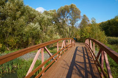 Auf der Holzbrücke Stockfoto