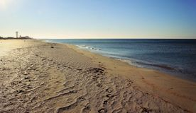 Auf der Küste, der sandigen Küstenlinie, dem Meer und dem Horizont lizenzfreie stockfotos