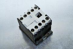 Auf der Leiterplatte ist ein moderner elektrischer Auftragnehmer oder minicontactors Lizenzfreie Stockfotos
