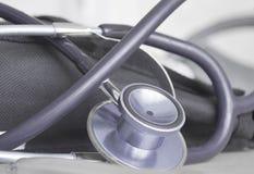 Auf der medizinischen Tabelle ist häufig benutztes Stethoskop für die Diagnose von verschiedenen Krankheiten Stockbilder