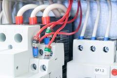 Auf der Montageplatte im elektrischen Kabinett gibt es installierte Leistungsschalter schützen den Motor Leistungsschalter schütz Lizenzfreie Stockfotos