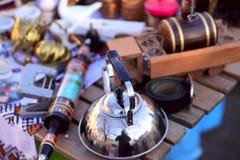 Auf der Oberfläche des Holztischs sind alte Einzelteile für Verkauf stockfoto