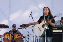 Auf der offenen Bühne des Festivals sind Musiker in einem Rockband, Darida Stockbild
