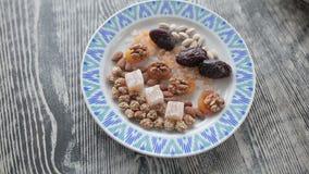 Auf der Platte sind orientalische Bonbons stock video