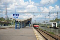 Auf der Plattform des Bahnhofs von Kouvola-Wolke an einem Sommertag Stockfotografie