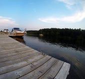 Auf der Plattform, die Boote betrachtet Lizenzfreies Stockbild